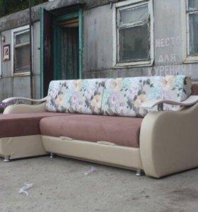 Угловой диван с цветами
