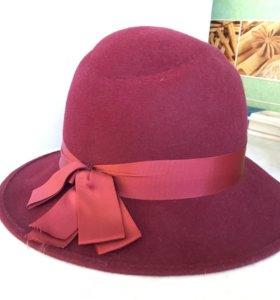 Бордовая фетровая шляпа