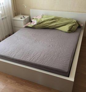 Кровать двуспальная икеа с матрасом и тумбочкой