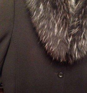 Шерстяное пальто с мехом енота