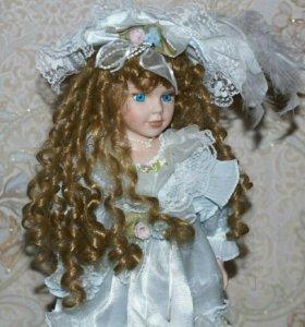 Фарфоровая кукла на подставке