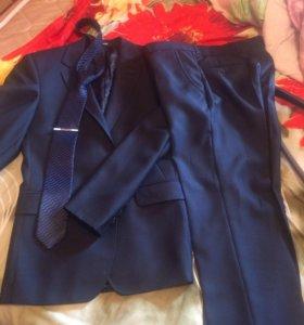 Мужской костюм темно -синего цвета