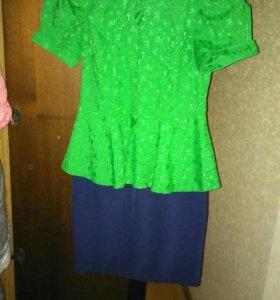 Платье приталенного силуэта, с баской
