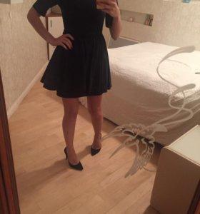 Платье с баской темно-синего цвета.