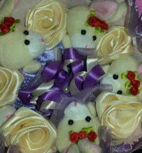 Букет из мягких зайцев и белых роз из лент
