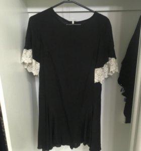Чёрное платье с кружевными рукавами