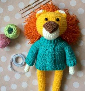 Вязанный лев в свитере