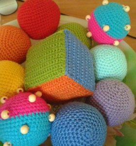 Вязаные крючком развивающие игрушки для малышей