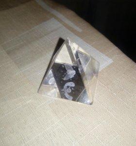 Пирамида стеклянная декоративная