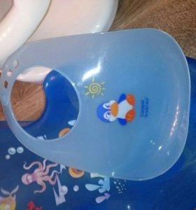 Лежак и сидушка в ванную для малышей + слюнавчик.