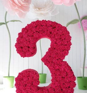 Объемная цифра и цветы