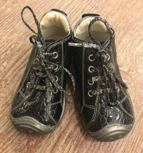 Ботинки на девочку 21 размера.
