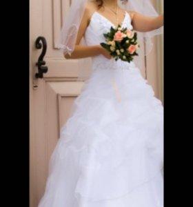 Белоснежное свадебное платье, подъюбник, украшения