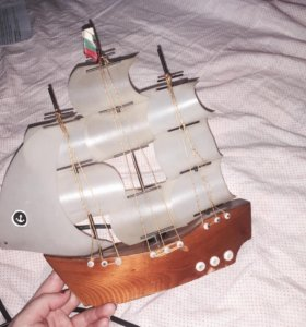 Корабль-светильник с проводом и лампочкой.