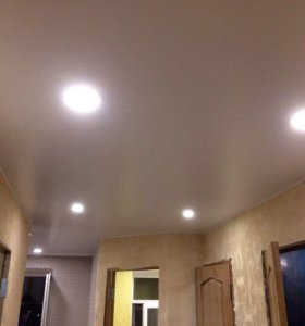 Натяжные потолки в коридоре со светильниками