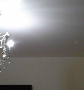 Натяжные потолки в комнате с люстрой