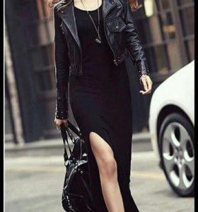Платье-макси с разрезом.