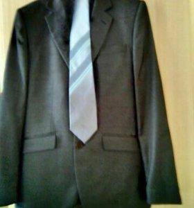 Классический серый мужской костюм.