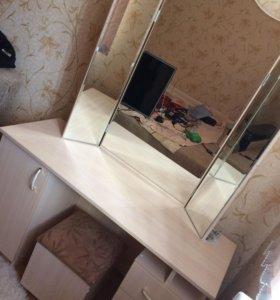 Туалетный столик с пуфиком