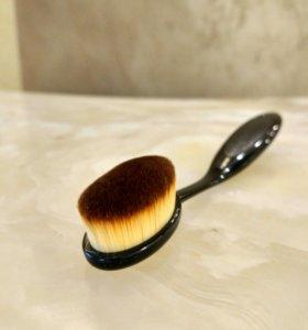 Кисть для макияжа.