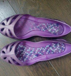 Пляжные фиолетовые туфли