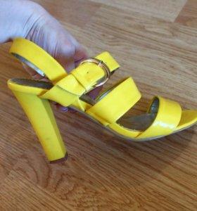 Босоножки желтые Bottirina