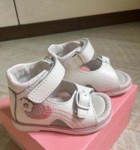 Детские новые сандали