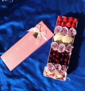 Коробочка с цветами, ягодами и сладостями😍