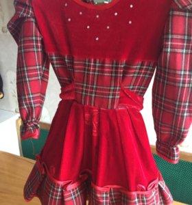 Красное платье с бархатными вставками