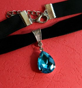 Чокер на бархатной ленте с голубым кристаллом.