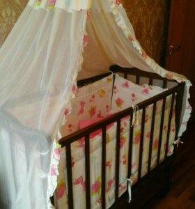 Кроватка с маятником детская.