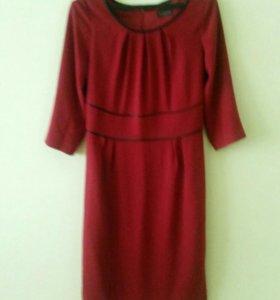 Красное платье ниже колена. Строгое. Размер 44.