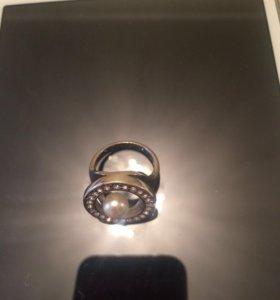 Кольцо с жемчугом (бижутерия)