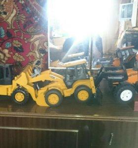 Игрушки трактора в магазине цена 2500 каждого, нем