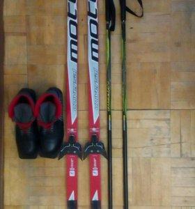 Лыжи, лыжные палки, ботинки.