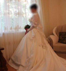 Элегантное свадебное платье со шлейфом