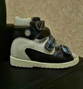 Продам сандалии ортопедические на мальчика