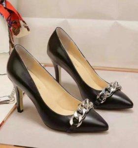 Элегантные туфли-лодочки Givenchy