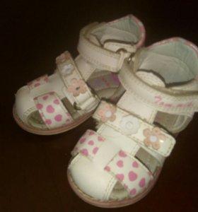 Продам сандалики для девочки.