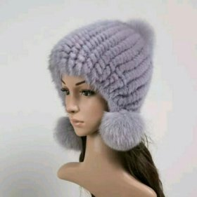 Женская зимняя вязаная шапка с мехом и помпонами