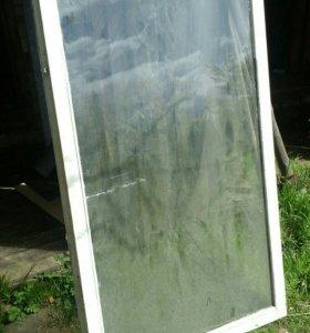 Старые оконные рамы со стеклом