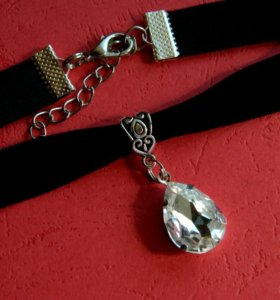 Чокер на бархатной ленте с прозрачным кристаллом.