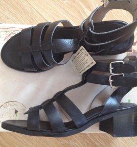 Новые кожаные сандалии на каблуке босоножки
