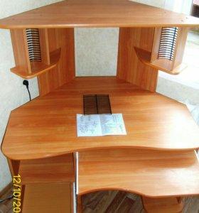 Угловой компьютерный стол с настольной полкой