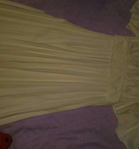 Длинное кремово-белое платье
