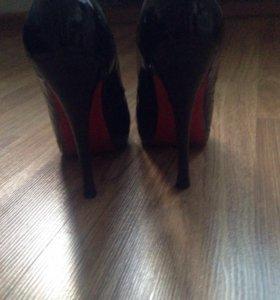 Туфли черные лаковые.