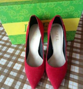 Туфли замшевые красные.