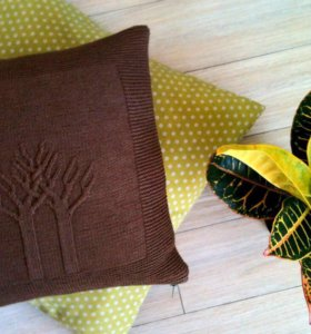 """Вязаная подушка с фактурны узором """"дерево жизни""""."""
