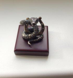 Статуэтка-змея с подковой из серебра