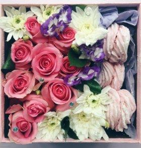 Подарок коробка с цветами и макарунами